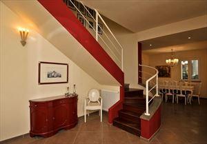 Villa Alloro : лестница с деревянным покрытием