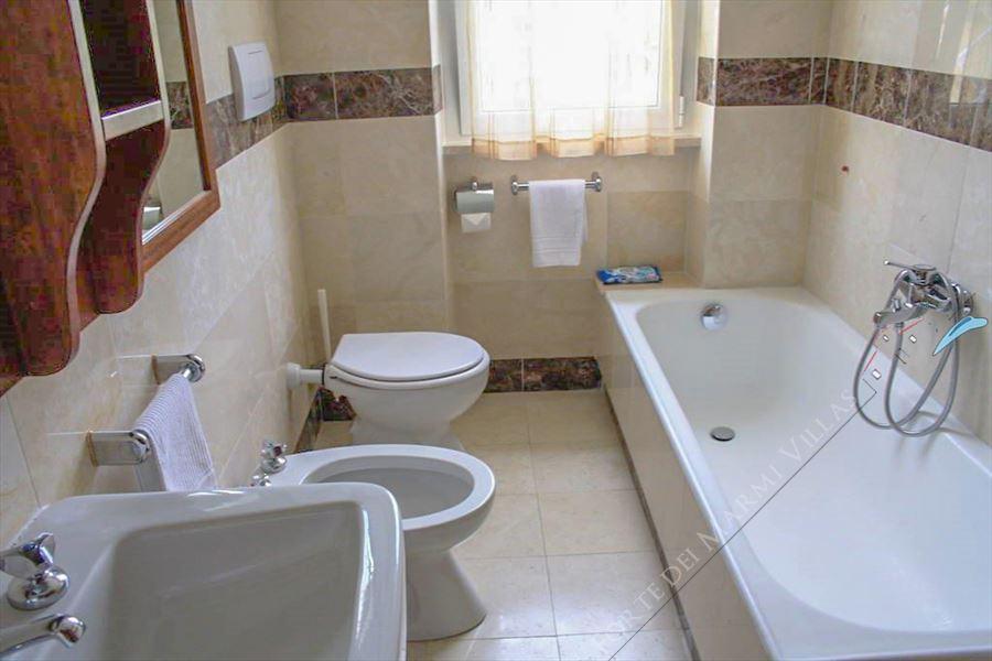 Villa del Duca : Bathroom with tube
