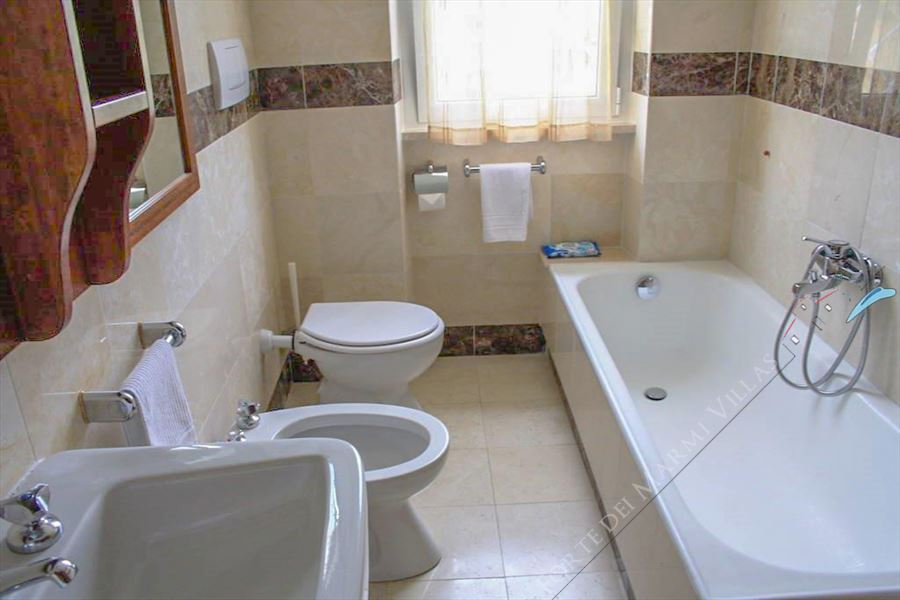 Villa del Duca : Bagno con vasca