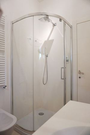 Appartamento Navi : Bathroom with shower