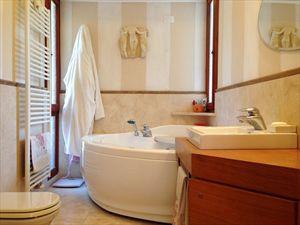 Appartamento Corallina : Bathroom with tube