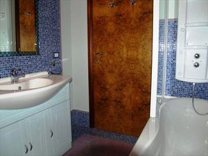 Appartamento Azzurro : Bathroom with tube