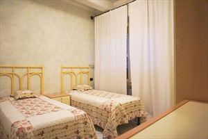 Appartamento in centro storico : спальня с двумя кроватями