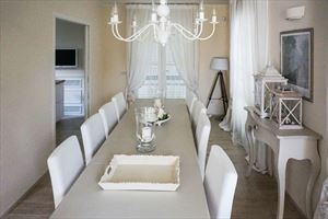 Villa  Costes con dependance  : Dining room