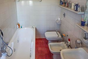 Villa Centrale : Bathroom with tube