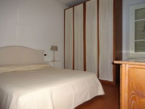Appartamenti centro Forte dei Marmi (A) : спальня с двуспальной кроватью
