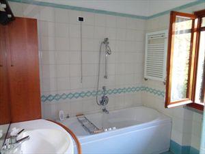 Villa  Mirafiori  : Bathroom with tube