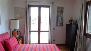 Villa dei Peschi  : спальня с двуспальной кроватью