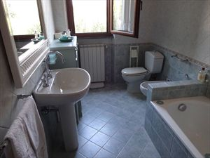 Villa Tennis  : Bathroom with tube