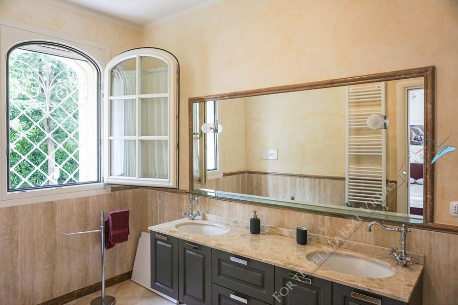 Villa Afrodite : Bathroom with tube