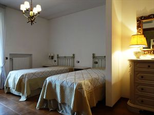 Villa Ciliegia : спальня с двумя кроватями
