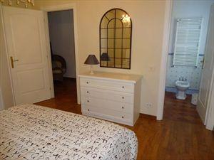 Villa Marinella : спальня с двуспальной кроватью