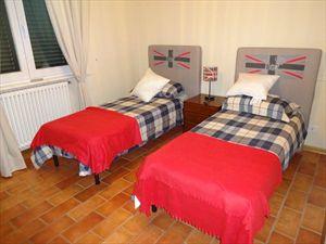 Villa Marinella : спальня с двумя кроватями