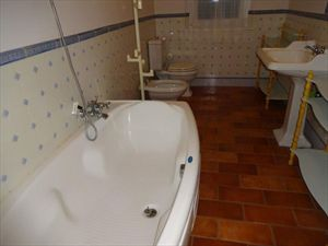 Villa Marinella : Bathroom with tube