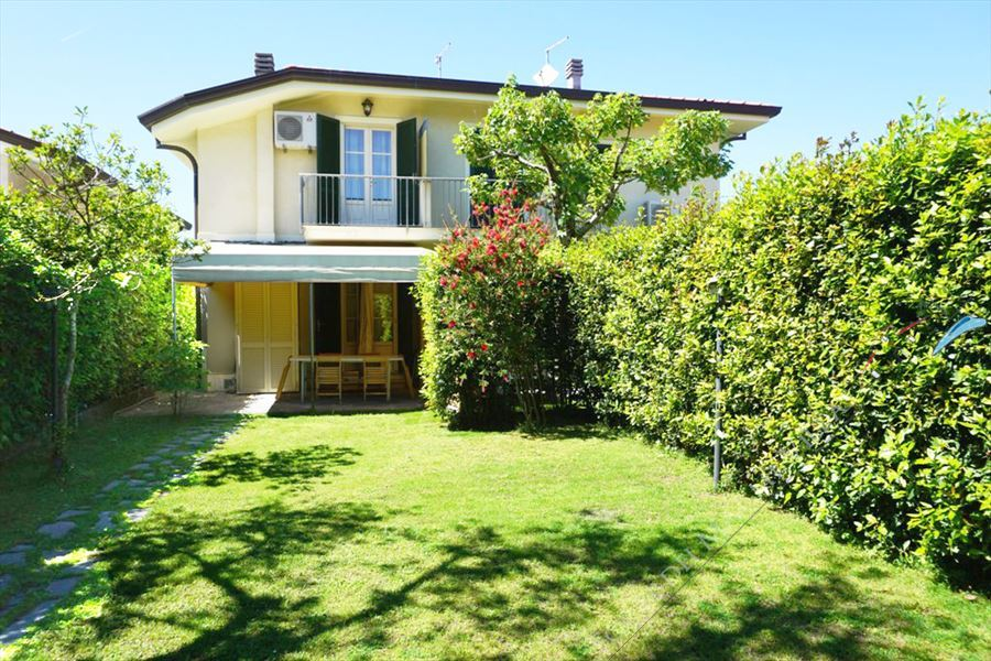 Villa Zora semi detached villa to rent Forte dei Marmi