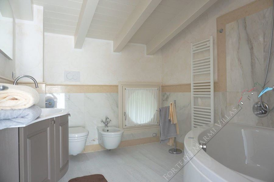 Villa Puccini : Bathroom with tube