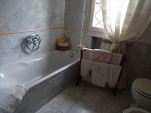 Villa Roberta  : Bathroom with tube