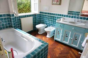 Villa Favola : Bathroom with tube