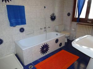 Villa Michelangelo : Bathroom with tube
