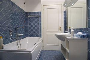 Villa Fiumetto : Ванная комната с ванной