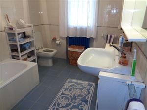 Villa  Sole Verde  : Bathroom with tube