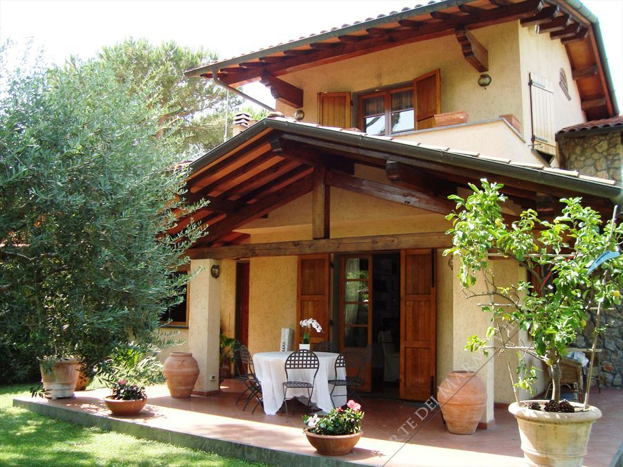 Villa Lana semi detached villa to rent Forte dei Marmi
