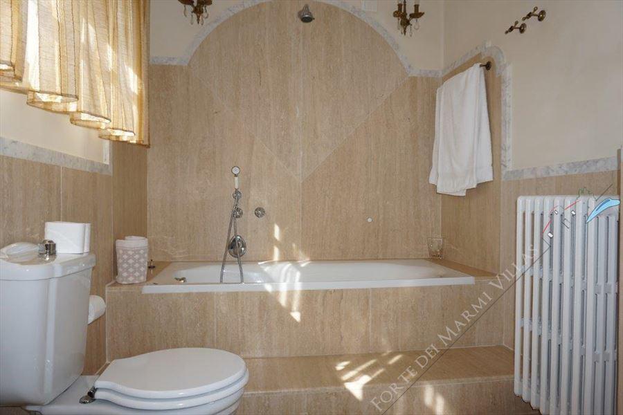 Villa Divina : Bathroom with tube
