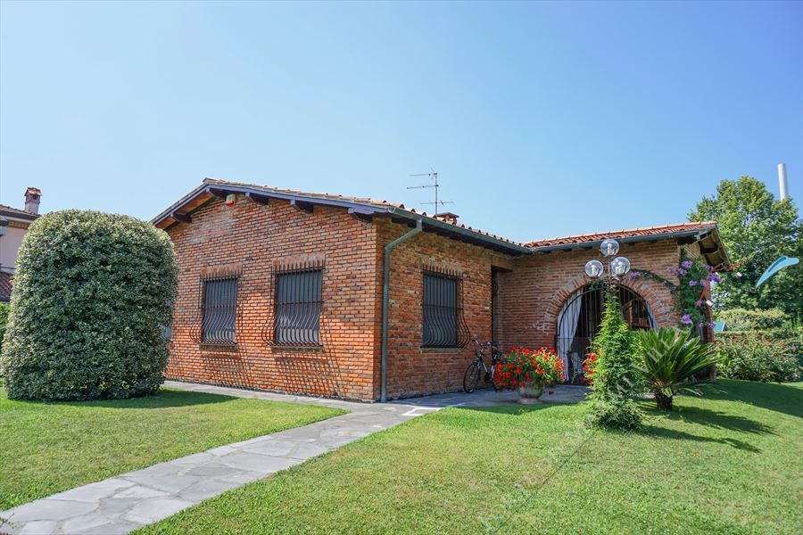 Villa Cesare detached villa to rent and for sale Forte dei Marmi