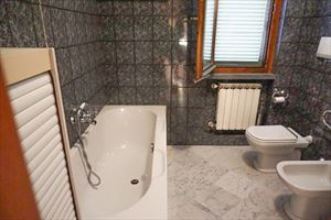 Villino Alessandro : Bathroom with tube