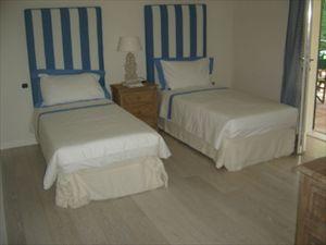 Villa Panerai : спальня с двумя кроватями