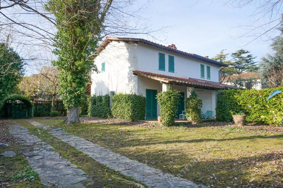 L'Affare semi detached villa for sale Forte dei Marmi