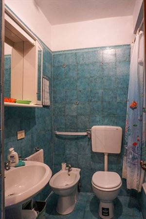 Monolocale Cardo : Bathroom with tube