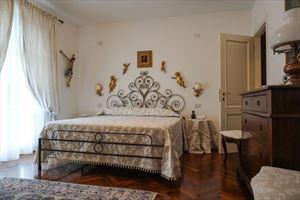Villa Duchessa : спальня с двуспальной кроватью