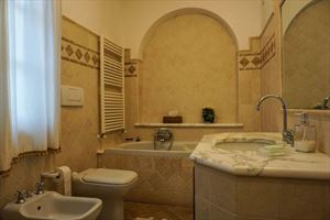 Villa Duchessa : Bathroom with tube