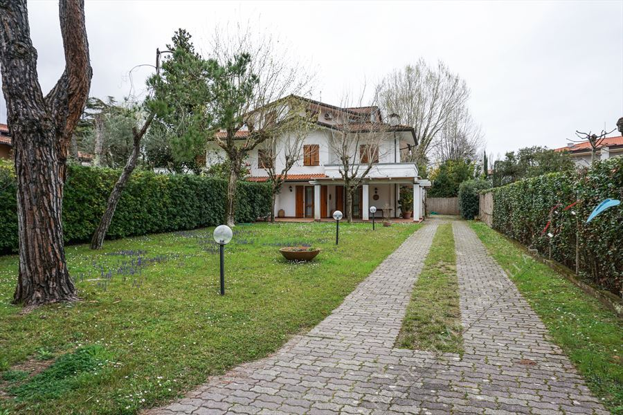 Villa Lionella semi detached villa to rent Forte dei Marmi