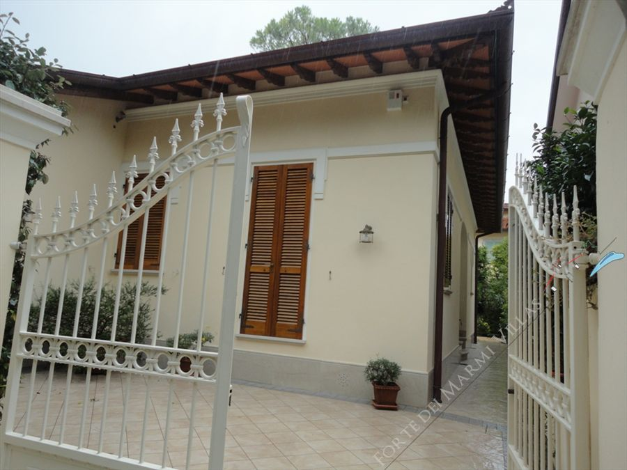 Villa Alaide  semi detached villa to rent Forte dei Marmi