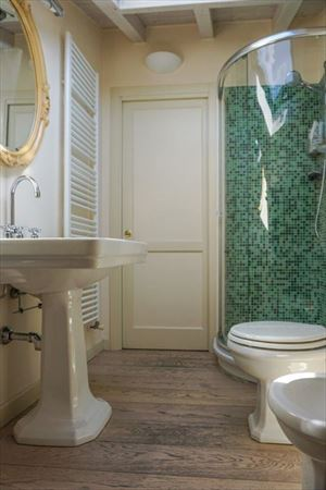 Appartamento Mediceo : Ванная комната с душем