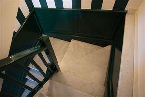 Appartamento Mediceo : мраморная лестница