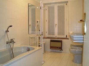 Borgo Asti : Ванная комната с ванной