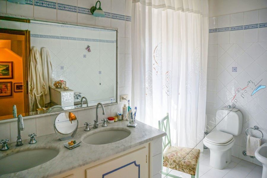 Villa Pietra Serena : Bathroom with tube