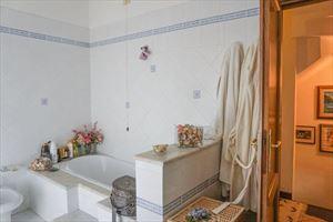 Villa Pietra Serena : Bagno con vasca