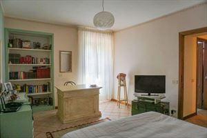Villa Pietra Serena : спальня с двуспальной кроватью