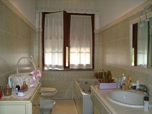 Villa Cesare : Bathroom with tube