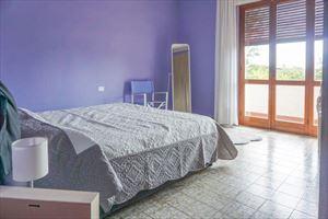 Villa Bixio : спальня с двуспальной кроватью