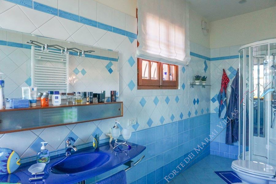 Villa Opportunity : Bathroom with shower