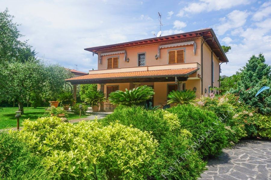 Villa Pietrasantese detached villa to rent and for sale Marina di Pietrasanta