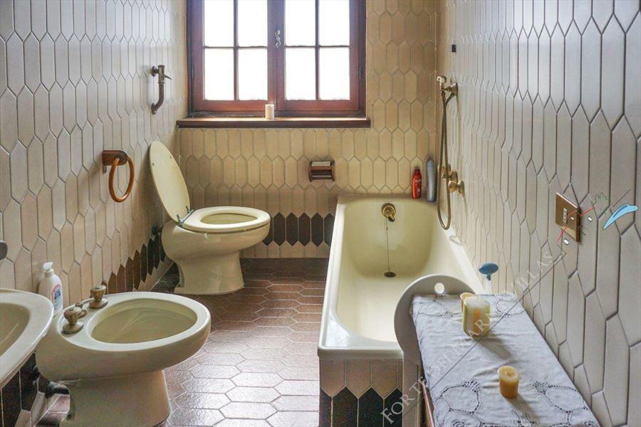 Villa Bussola Domani : Bathroom with tube