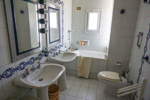 Villa Bussola Domani : Bathroom with tube