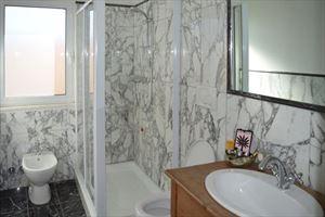 Appartamento Bianco Fiore : Ванная комната с душем