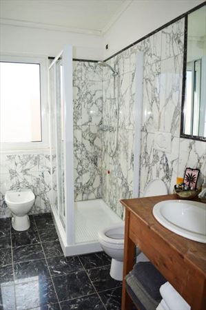 Appartamento Bianco Fiore : Bathroom with shower